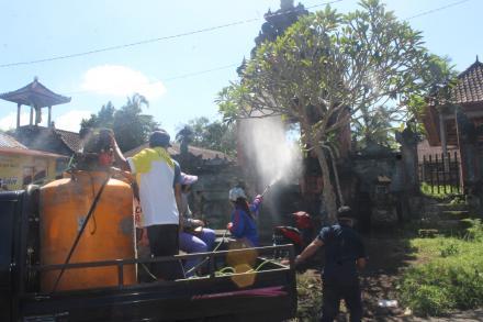 CEGAH COVID-19 Pemdes Bontihing Semprot Wilayah  Desa Bontihing dengan Disinfectant